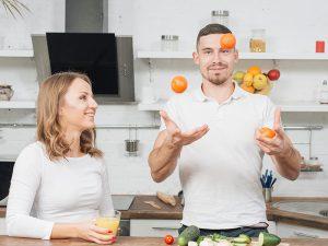 Gehirnjogging mit Bewegung in der Küche